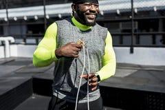 Afrykański mężczyzna ćwiczy przy gym fotografia royalty free
