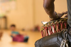 Afrykański mężczyzna bawić się bęben Fotografia Stock