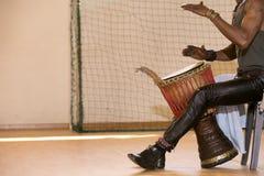 Afrykański mężczyzna bawić się bęben Zdjęcie Royalty Free