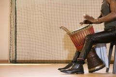 Afrykański mężczyzna bawić się bęben Obrazy Stock