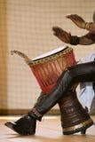 Afrykański mężczyzna bawić się tradycyjnych instrumenty Zdjęcie Stock
