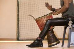 Afrykański mężczyzna bawić się tradycyjnych instrumenty Zdjęcia Royalty Free