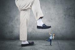 Afrykański mężczyzna bieg od jego szef stopy obraz stock