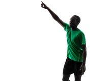 Afrykański mężczyzna gracz piłki nożnej wskazuje sylwetkę Obrazy Stock