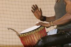 Afrykański mężczyzna heblowania bęben Zdjęcie Stock