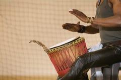 Afrykański mężczyzna heblowania bęben Obraz Stock