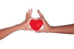 Afrykański mężczyzna i kobiety mienia czerwony serce w rękach odizolowywać na whi Fotografia Stock