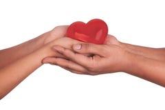 Afrykański mężczyzna i kobiety mienia czerwony serce w rękach odizolowywać na whi Obraz Stock
