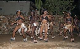 Afrykański mężczyzna i kobiety taniec w tradycyjnych kostiumach Zdjęcie Stock