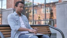 Afrykański mężczyzna Opuszcza ławkę po Końcowego laptopu zdjęcie wideo