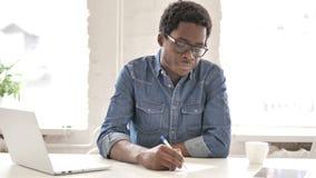 Afrykański mężczyzna Pisze liście zbiory wideo