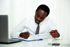 Afrykański mężczyzna podpisywania dokument Zdjęcia Stock