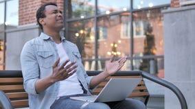 Afrykański mężczyzna udaremniający niepowodzeniem, siedzi na ławce zdjęcie wideo