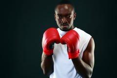 Afrykański mężczyzna w bokserskich rękawiczkach Obraz Stock