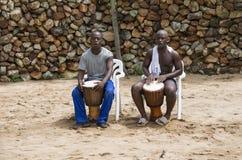 Afrykański mężczyzna z bongo bębenami Zdjęcia Royalty Free