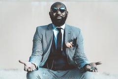 Afrykański mężczyzna z czerwonymi i błękitnymi pigułkami zdjęcia royalty free