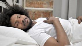 Afrykański mężczyzny dosypianie w łóżku zbiory