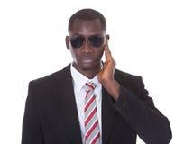 Afrykański młody człowiek z ręką na ucho obrazy stock