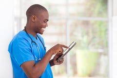 Afrykański medyczny pracownik pastylki komputer Obrazy Royalty Free