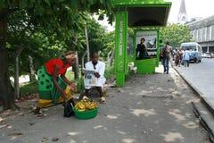 Afrykański murzyn i kobieta przy transport publiczny przerwą Zdjęcia Stock
