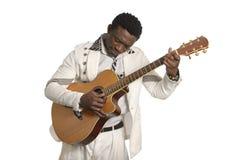 Afrykański muzyk bawić się gitarę Fotografia Stock