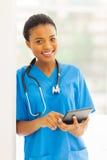 Afrykański pielęgniarki pastylki komputer osobisty zdjęcie stock
