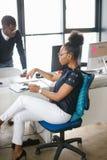 Afrykański początkowy biznes Afrykańska piękna kobieta w eleganckim odzieżowym obsiadaniu i główkowanie o biznesie Fotografia Stock