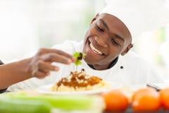 Afrykański szefa kuchni dekorować Zdjęcia Royalty Free