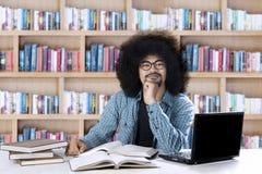Afrykański uczeń uczy się w bibliotece Fotografia Stock