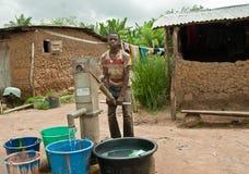 Afrykański wiejski nastoletni chłopak przynosi wodę Zdjęcia Royalty Free