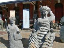 Afrykańskie kobiety i dzieci rzeźbią sztukę w centrum miasta Kapsztad Południowa Afryka Obrazy Stock