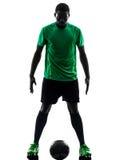 Afrykańskiego mężczyzna gracza piłki nożnej trwanie sylwetka zdjęcia royalty free