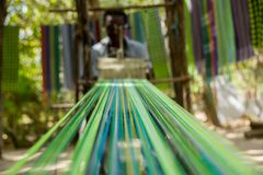 Afrykańskiego męskiego spełniania tradycyjny tkactwo w Gambia Fotografia Royalty Free