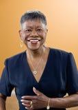 afrykańskiego włosy dojrzała krótka uśmiechnięta kobieta Fotografia Stock