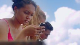 Afrykańskiej dziewczyny czytelnicza zła wiadomość w internecie na smartphone zbiory wideo
