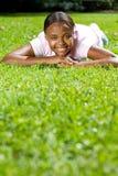 afrykańskiej trawy łgarska kobieta obrazy stock