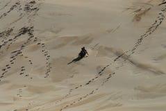 Afryka dzieciaki Sledding W dół Gigantyczną piasek diunę Obrazy Stock