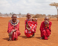 AFRYKA, KENJA, MASAI MARA, LIPIEC - 2: Żeński plemienny członka wearin Obraz Stock