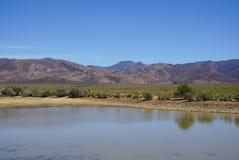 Afryka safari krajobraz z rzeki, łąki i góry backgrou, Fotografia Royalty Free