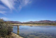 Afryka safari krajobraz z rzeki, łąki i góry backgrou, Obrazy Royalty Free