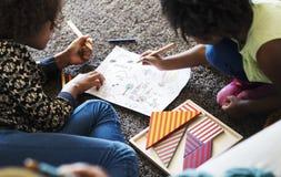 Afrykańscy dzieci ma dobrego czasu rysunek Fotografia Stock