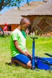 Afryka?scy dzieci za?atwia dziurawienie na rowerze zdjęcie stock