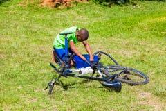 Afryka?scy dzieci za?atwia dziurawienie na rowerze obraz royalty free