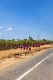 Afrykańscy dziecko w wieku szkolnym chodzi na drodze Zdjęcie Royalty Free