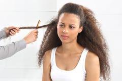 Afrykańska kobieta przy fryzjerem Fotografia Royalty Free