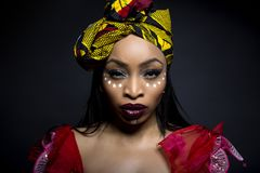 Afrykańska Plemienna twarzy farba i Tradycyjna suknia Zdjęcie Stock