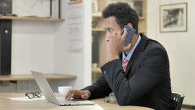 Afryka?ski biznesmen opowiada na telefonie zbiory