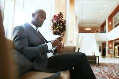 Afrykański biznesmena czekanie w hotelu lobby Zdjęcie Royalty Free