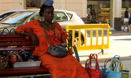 Afrykański etniczny kobieta sprzedawca jest ubranym kolorowych ubrania Zdjęcie Royalty Free