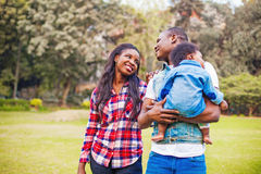 Afrykański rodzinny odprowadzenie w parku Zdjęcia Stock